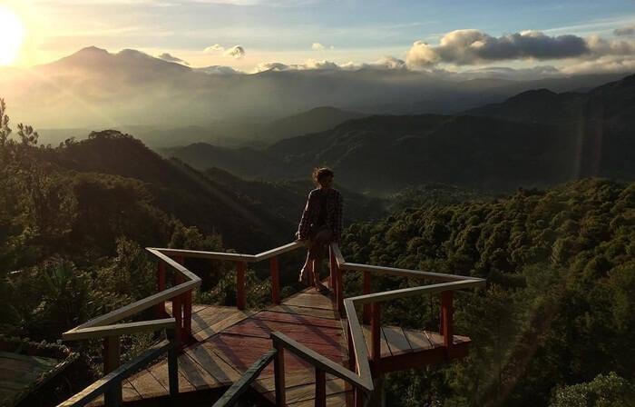 Gardu pandang di pinggir tebing wisata pabangbon bogor
