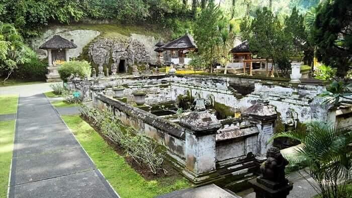 Goa tempat wisata ubud ini dipahatkan pada dinding batu padas keras yang menjorok keluar dari dinding kira-kira 5,75 meter.