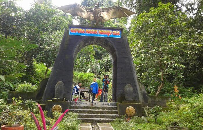 Tempat wisata nganjuk Goa Margo Trisno, terkesan sangat magis. Sepanjang perut goa, gelap gulita. Cericit ribuan kelelawar menambah seramnya suasana