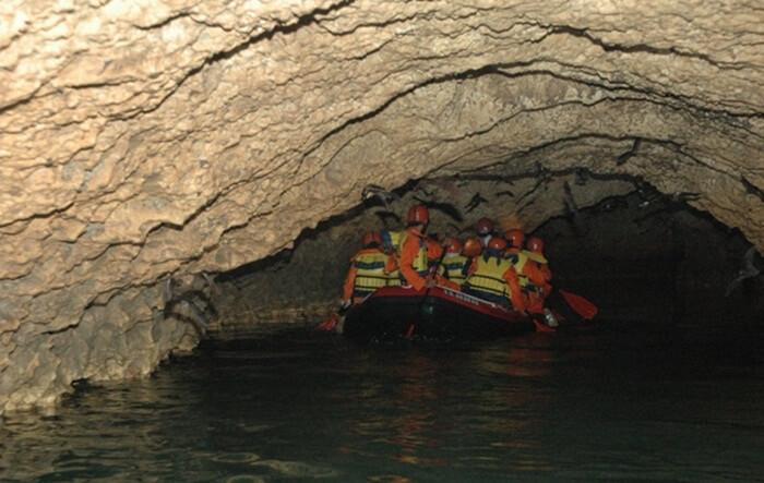Tempat wisata TUban Goa Ngerong, memiliki lobang dengan panjang 1,8 km. Potensinya dapat mencapai 30 km.