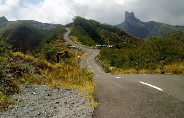 Jalan misterius terdapat di wisata gunung kelud, efek dari tipuan gambar, jalan menurun tampak menanjak