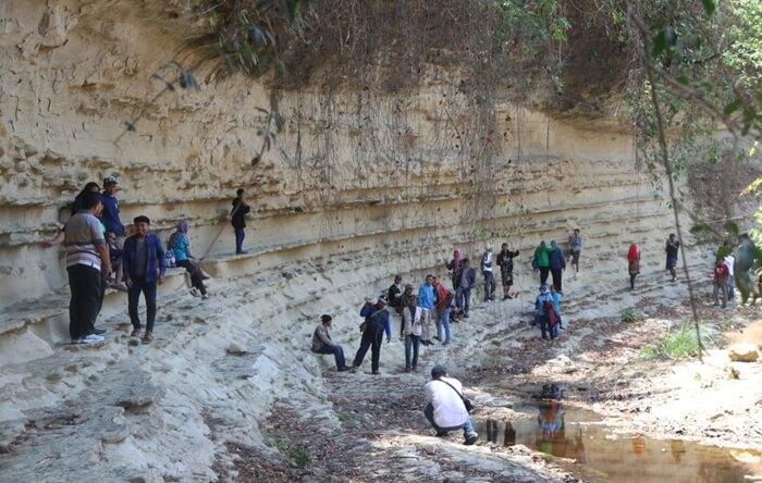 tempat wisata Blora ini tampak dindingnya dibentuk sedemikian rupa seperti rak terbuka berukuran besar