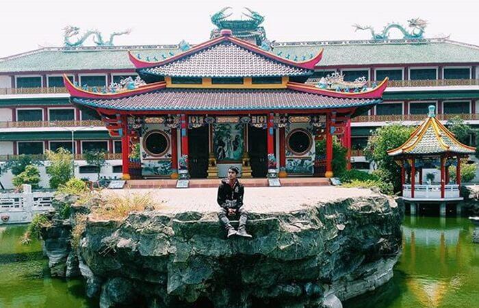 Klenteng Kwan Sing Bio merupakan klenteng tempat wisata TUban yang ramai dikunjungi etnis Tionghoa yang ingin beribadah