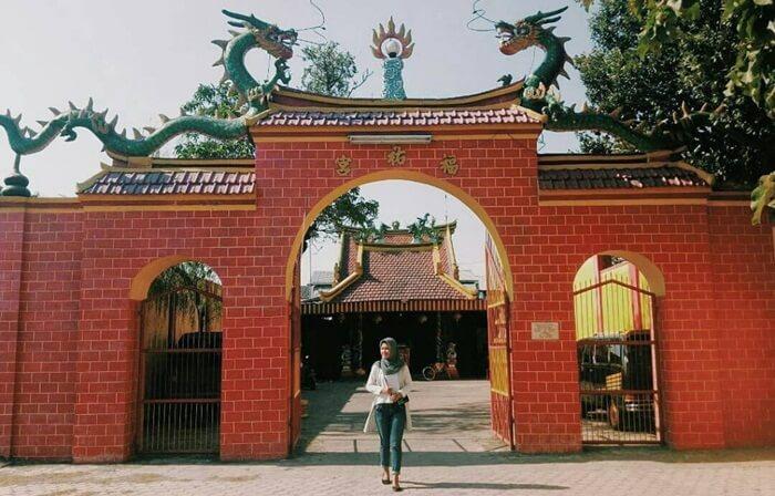 Di halaman tempat wisata nganjuk ini terdapat dua buah pagoda Buddhisme. Di sebelah kiri dan kanan halaman