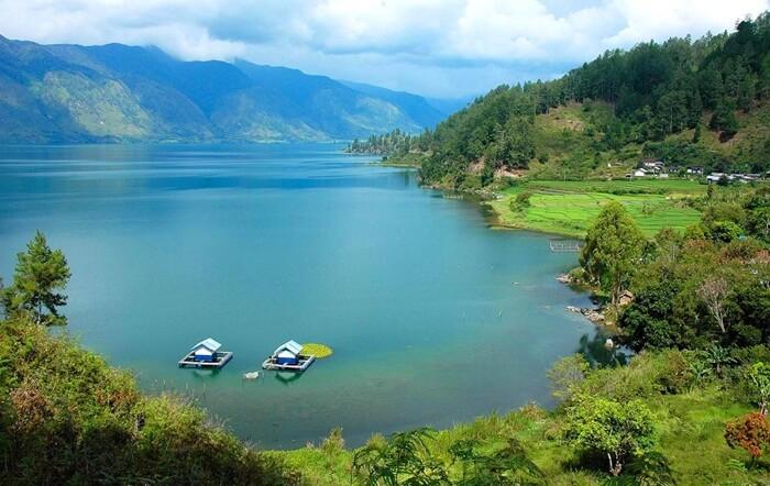 Tempat wisata Aceh berupa danau ini ibarat hamparan permadani berwarna. Mirip seperti sisa-sisa air laut yang terjebak di daratan saat terjadi badai besar ribuan tahun silam.
