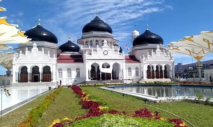 Tempat wisata Aceh, berupa Masjid besar ini memiliki interior dan eksterior yang memiliki gaya Kesultanan Turki Ustamani yang sangat khas.
