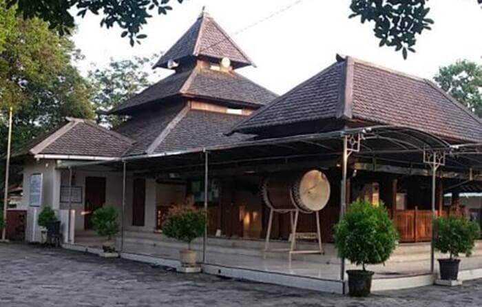 Masjid tempat wisata MAdiun ini dikenal para jemaah dan pengunjung sebagai Masjid Besar Kuno Madiun.