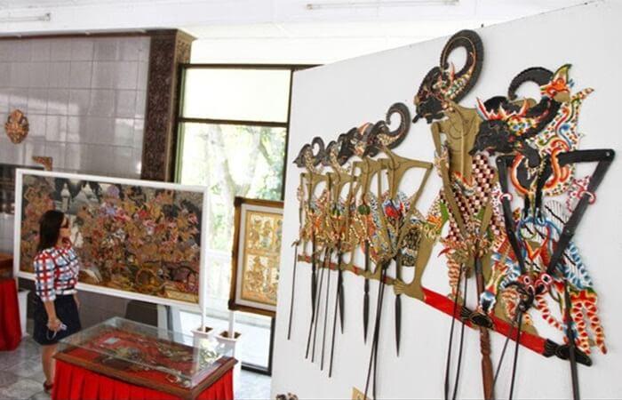 Tempat wisata wonogiri ini menampilkan juga wayang dari beberapa daerah lain di Indonesia sebut saja Jawa Barat dan Bali.