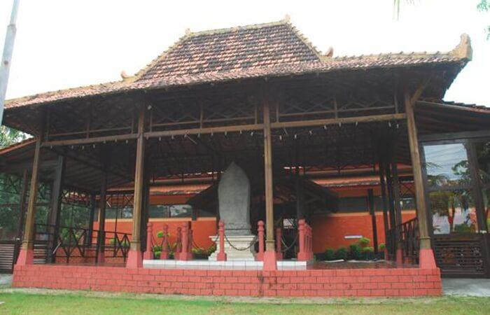 Museum Anjuk Ladang Terletak di kota Nganjuk, tepatnya sebelah timur Terminal Bus Kota Nganjuk. Di dalamnya tersimpan benda dan cagar budaya di zaman Hindu, Doho dan Majapahit