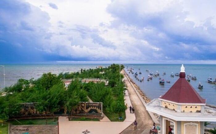 Tempat wisata Tuban, Pantai Boom terdapat banyak perahu yang bersandar. Perahu-perahu inilah yang menambah esoktisnya tempat ini