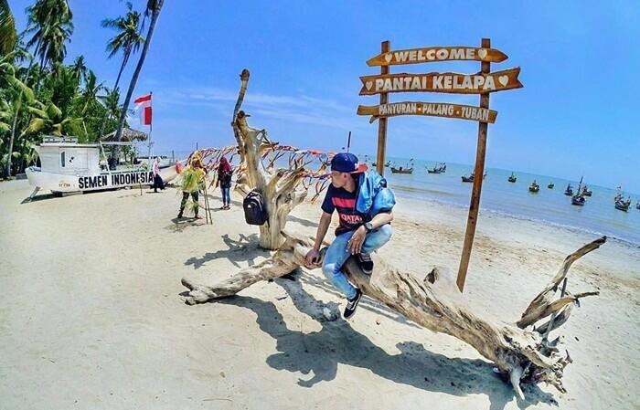 Penamaan Tempat wisata Tuban ini berdasarkan fakta daerah di wisata ini yang banyak dikelilingi oleh pohon kelapa.