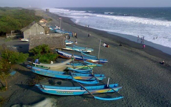 Terdapat kapal-kapal nelayan yang diparkir di sepanjang pantai tempat wisata Bantul ini, dan pohon-pohon cemara