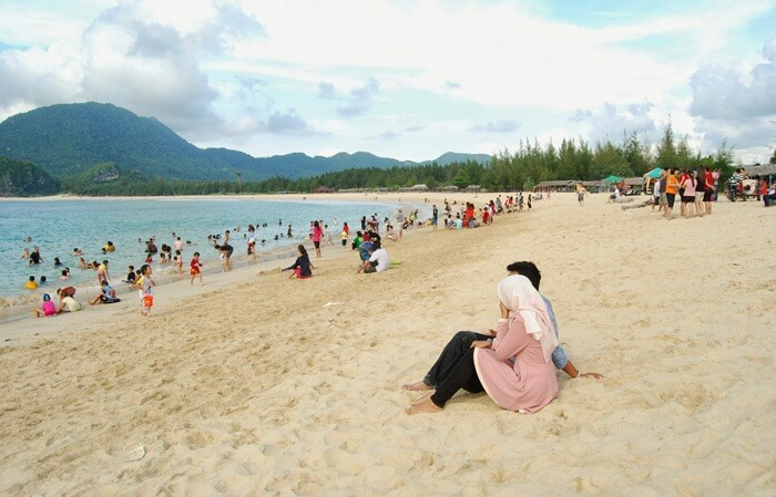 Deretan pohon pinus yang begitu rimbun membuat suasana sejuk tempat wisata Aceh ini.