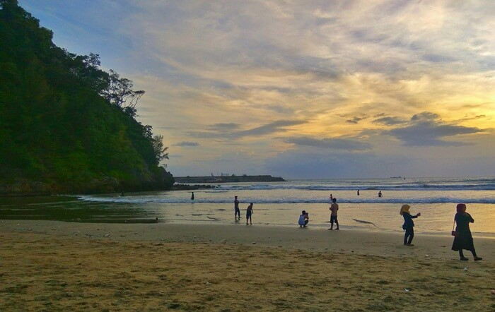 ombak di pantai tempat wisata Aceh ini sudah terkenal di kalangan para peselancar lokal hingga mancanegara.