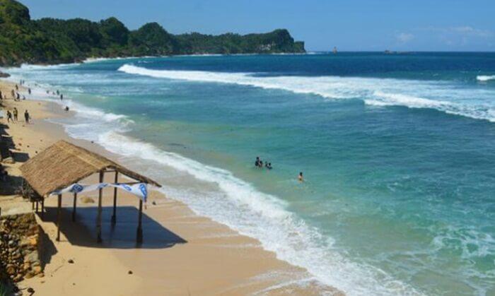 Pengunjung tempat wisata Wonogiri, Pantai Nampu, bisa menikmati beberapa tebing batu yang berada di sisi pantai.