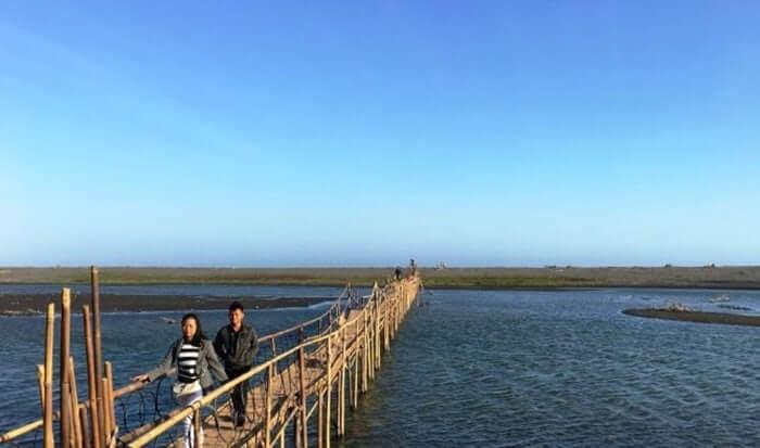 Untuk melengkapi cantiknya panorama alam pantai tempat wisata Bantul ini, penduduk lokal menambahi lagi pesona itu dengan membangun jembatan