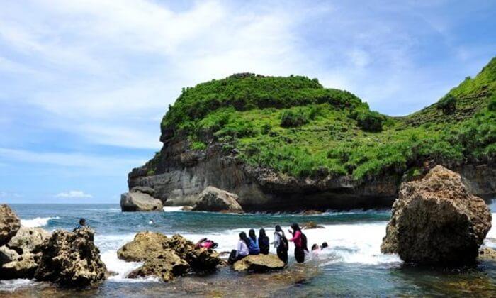 Keberadaan karang di pantai ini menjadi salah satu daya tarik tersendiri untuk para pengunjung di tempat wisata Wonogiri ini.