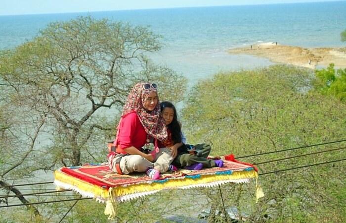Pantai tempat wisata Tuban ini memiliki areal yang luas. Keunikan pantai Sowan adalah luasnya area yang ditumbuhi berbagai jenis pohon.