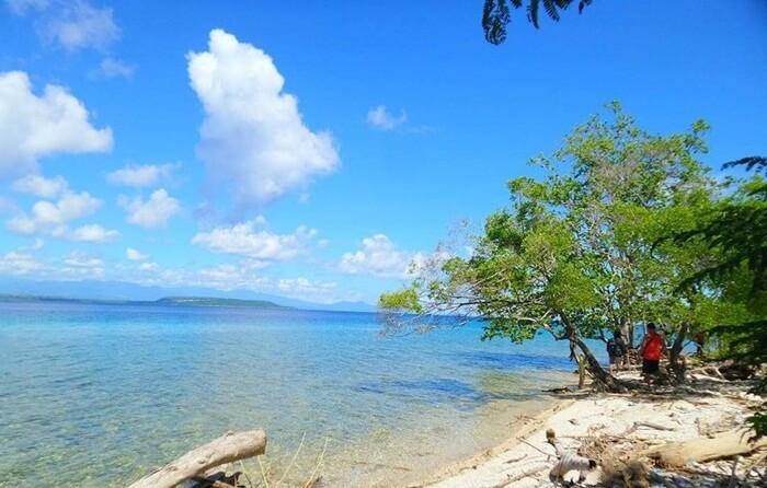 Pantai Ai Manis pulau moyo terkenal dengan air bening dan spot menyelamnya