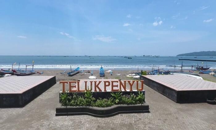 Di Pantai Teluk Penyu tempat wisata Cilacap ini, pengunjung bisa bermain air laut atau ombak laut.