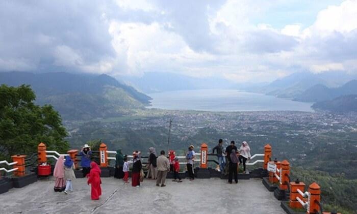 Terletak di ketinggian 1.360 meter di atas permukaan laut membuat kawasan tempat wisata Aceh, Pantan Terong sangat sejuk dan cenderung dingin