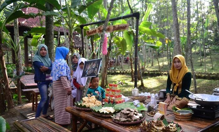selain penjual memakai pakaian tradisional untuk membangun kesan jadul, penyajian aneka jajanannya pun menggunakan peralatan tradisional seperti daun, anyaman maupun tembikar.