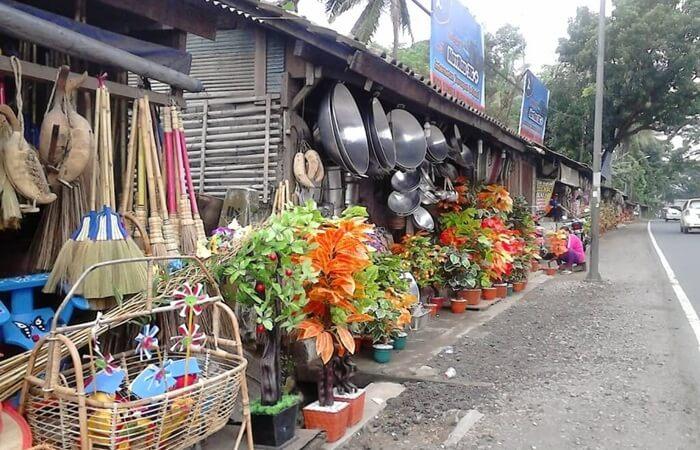 Sebagai pusat belanja berbagai macam kerajinan, di tempat wisata ambarawa ini banyak sekali ditemui berbagai macam hasil karya atau kerajinan Jawa Tengah