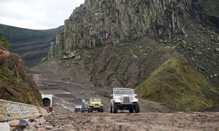 Petualangan jeep 4 penggerak menjadi keseruan tersendiri di Wisata gunung Kelud