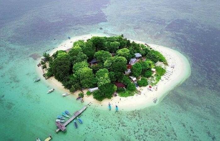 Pulau Samalona adalah pulau kecil yang indah di dekat Makassar. Luas total pulau ini hanya sekitar 2,34 hektar
