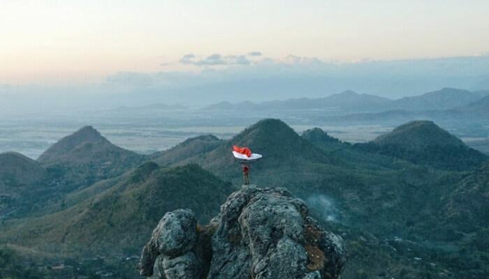 Tempat wisata Wonogiri Bukit Cumbri, memiliki 2 puncak yang menawan. Yang satu menghadap ke barat dan memiliki ketinggian yang lebih rendah dari pada yang menghadap ke arah timur.