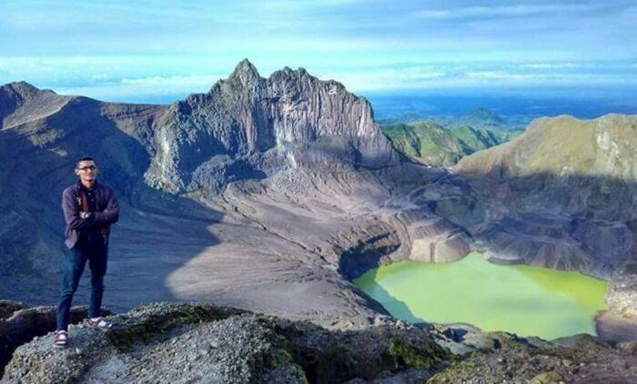 Puncak wisata gunung kelud menampilkan diri dengan atraksi utama berupa kawah gunung sisa erupsi