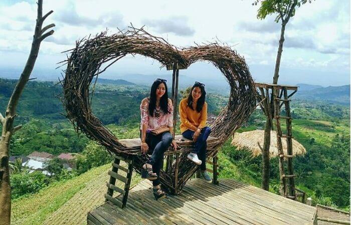 Tempat wisata Magetan Puntok Geneng High Land, menawarkan keindahan alam pegunungan. Dilengkapi juga dengan spot keren berupa gardu pandang
