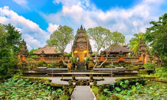 Memasuki gapura paduraksa Istana tempat wisata Ubud ini, pengunjung akan merasakan kemegahan dinding tembok bangunan