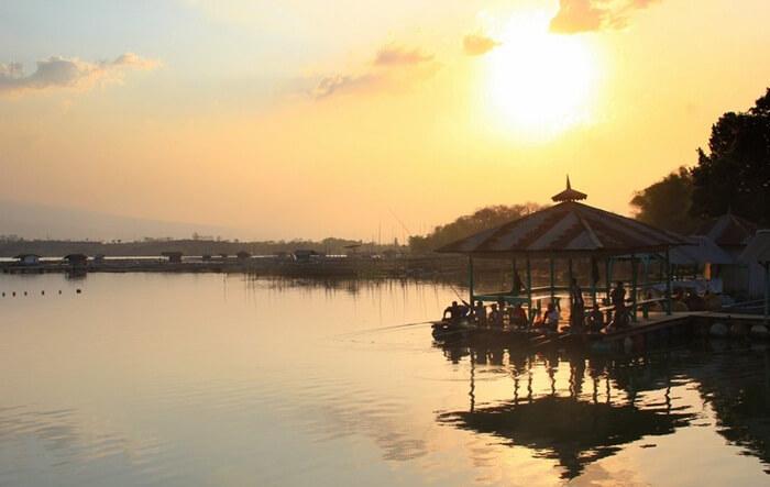 Tempat wisata Pasuruan ini merupakan satu-satunya danau yang berada di dataran rendah Jawa Timur.