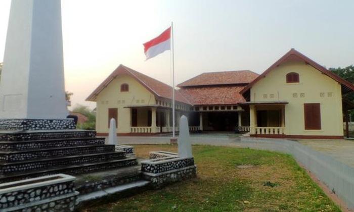 Rumah pengasingan tempat wisata Bangka ini berarsitektur kolonial berdiri di bagian puncak bukit.