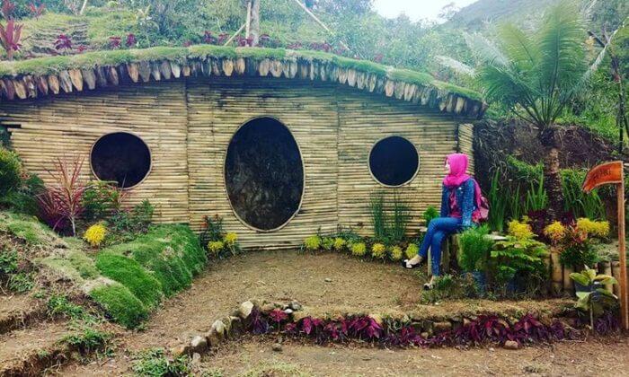 Kawasan tempat wisata Karanganyar ini dulunya hanyalah kebun yang berada di pegunungan.