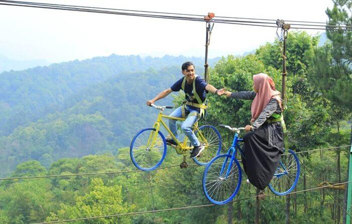 Sepeda layang di wisata pabangbon bisa dinaiki dengan berpasangan dan menghasilkan foto super romantis