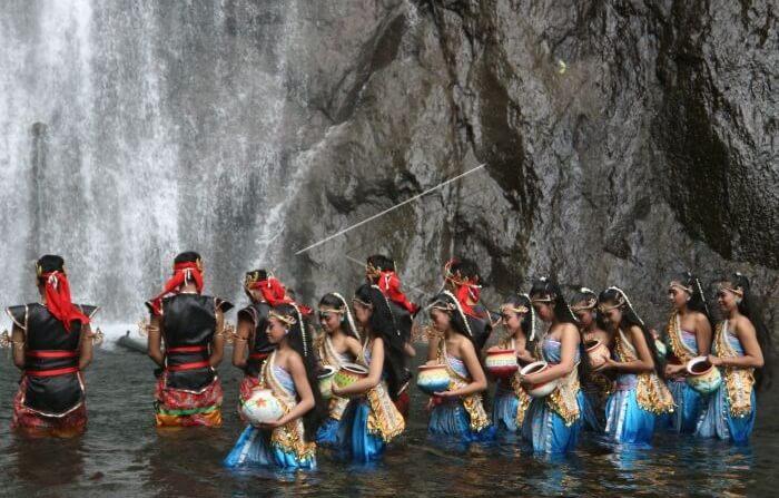 Siraman Air Terjun Sedudo, salah satu tradisi di tempat wisata nganjuk ini