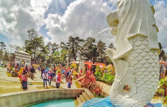 tempat wisata tawangmangu taman balekambnag berbenahd iri denganmenampilkan miniatur land mark dunia