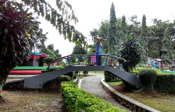 taman unyi merupakan Tempat wisata Ungaran berupa Sebuah Taman kota yang hanya berukuran kurang dari setengah hektar