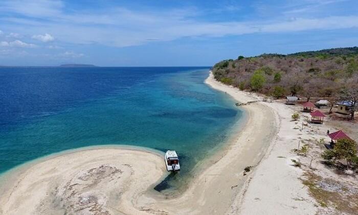 Tanjung Pasir Pulau Moyo memiliki pasir yang luas dnegan bentuk yang unik