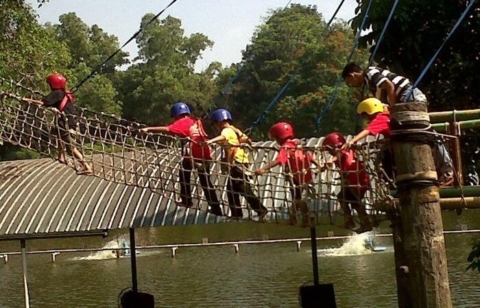 Telaga arwana slaah satu spot diantaar berbagai tempat wisata cibubur, yang menaarkan kegiatan luar ruangan kepada anak