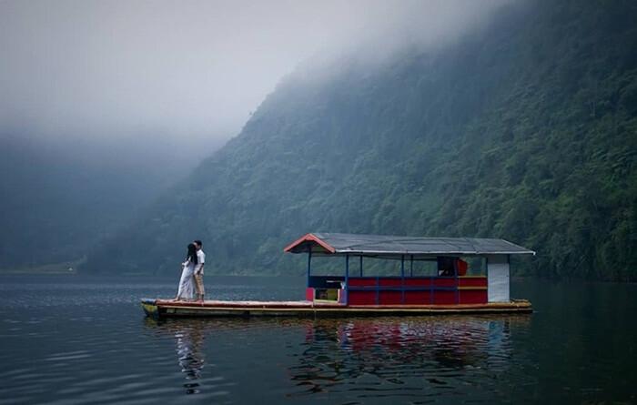 Telaga menjer menjadi salah satu tempat wisata wonosobo yang serng dipilihs ebagai lokasi pemotretan foto preweding