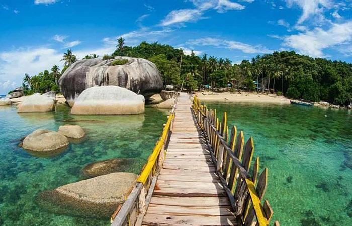 Tempat wisata Bangka banyak tersebar di area sekitar kota pangkal Pinang. Kondisi ini memudahkan dari segi transportasi.