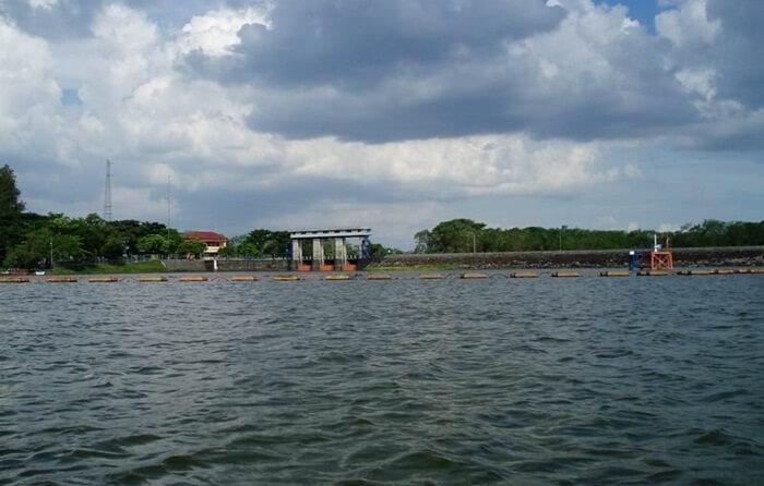 Tempat wisata nganjuk berupa waduk ini menjadi salah satu objek wisata. Fasilitas wisata yang ada di waduk ini antara lain Wisata Air Pemancingan, Taman Bermain Anak, Kios, Dermaga, Outbond, Banana Boat dan beberapa Perahu Speed Boot.