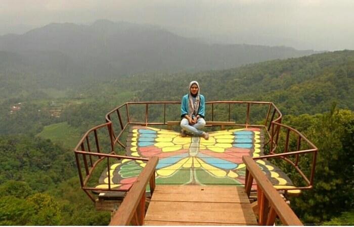 Wisata Pabangbon Bogor berlokasi di kawasan hutan pinus dan hutan penelitian meranti milik Perhutani.  Tempat yang sangat cocok untuk menyegarkan pikiran dari segala kejenuhan rutinitas sehari-hari.