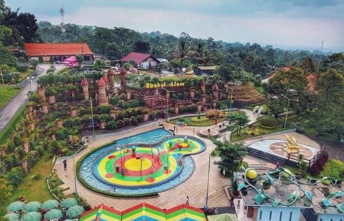 Tempat wisata Pasuruan Agrowisata Bhakti Alam menawarkan kesejukan di alam terbuka dan teduhnya tanaman tropis.