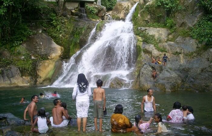Disekeliling air terjun juga dipenuhi bebatuan besar, yang bisa digunakan pengunjung tempat wisata Aceh ini untuk duduk-duduk santai sambil menikmati percikan air terjun yang segar.