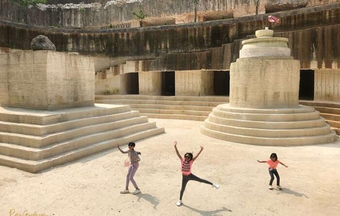 Tebing-tebing kapur di tempat wisata Madura ini tidak terbentuk secara alamiah. Namun diakibatkan oleh pahatan perjuangan para penambang kapur
