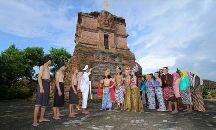 candi tempat wisata nganjuk ini dibuat pada abad XV. Pada zaman kerajaan Majapahit.
